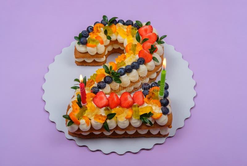 Bella torta di compleanno sotto forma di due figure fotografia stock