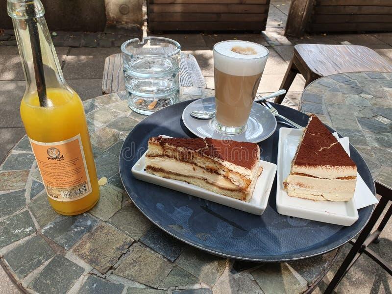Bella torta di tiramisu e caffè Ate a Duisburg Gnam! immagini stock libere da diritti