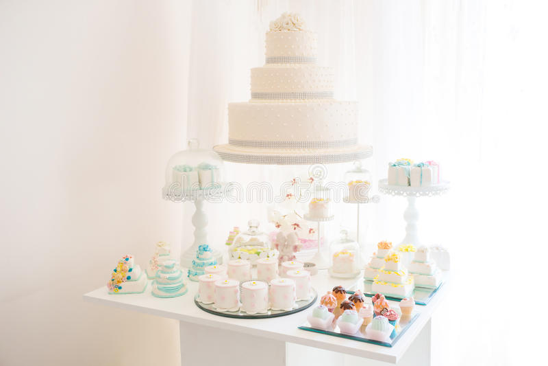 Bella torta nunziale con le rose bianche fotografie stock