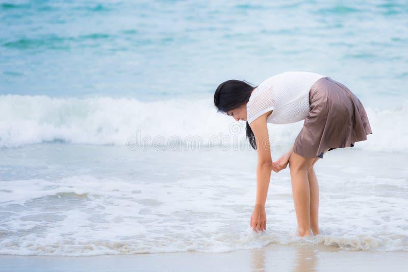 Bella vacanza asiatica della donna sulla spiaggia della Tailandia fotografia stock