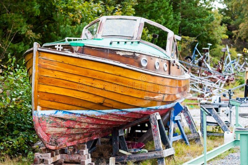 Bella vecchia barca di legno in bacino di carenaggio immagini stock libere da diritti