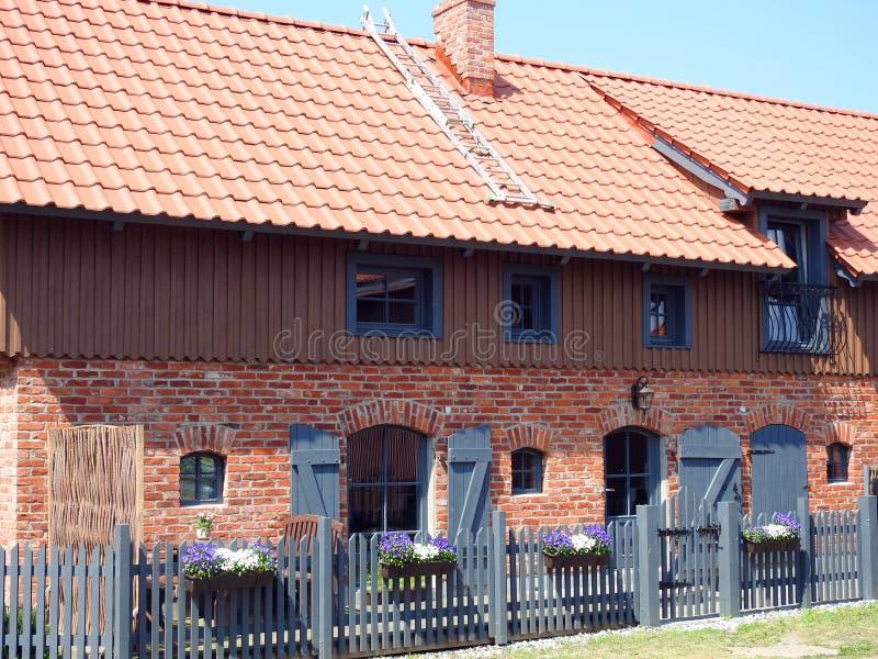 Bella vecchia casa della ricostruzione, Lituania immagine stock