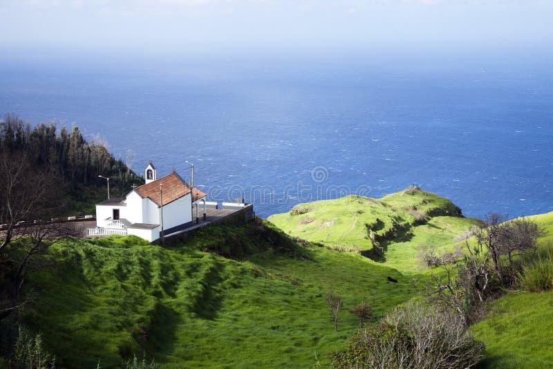 Bella vecchia chiesa nelle montagne del Madera sull'orlo dell'oceano fotografie stock