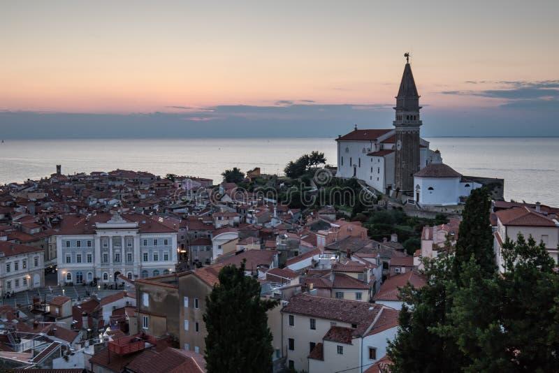 Bella vecchia città di Piran sulla linea costiera nel tramonto, Slovenia del mare adriatico fotografia stock libera da diritti