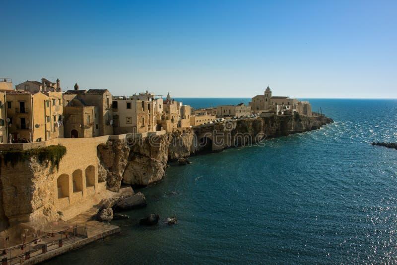 Bella vecchia città di Vieste, penisola di Gargano, regione di Puglia, a sud dell'Italia fotografia stock libera da diritti