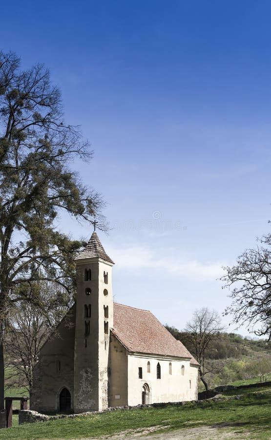 Bella vecchia piccola chiesa medievale in Sarlos fotografia stock libera da diritti