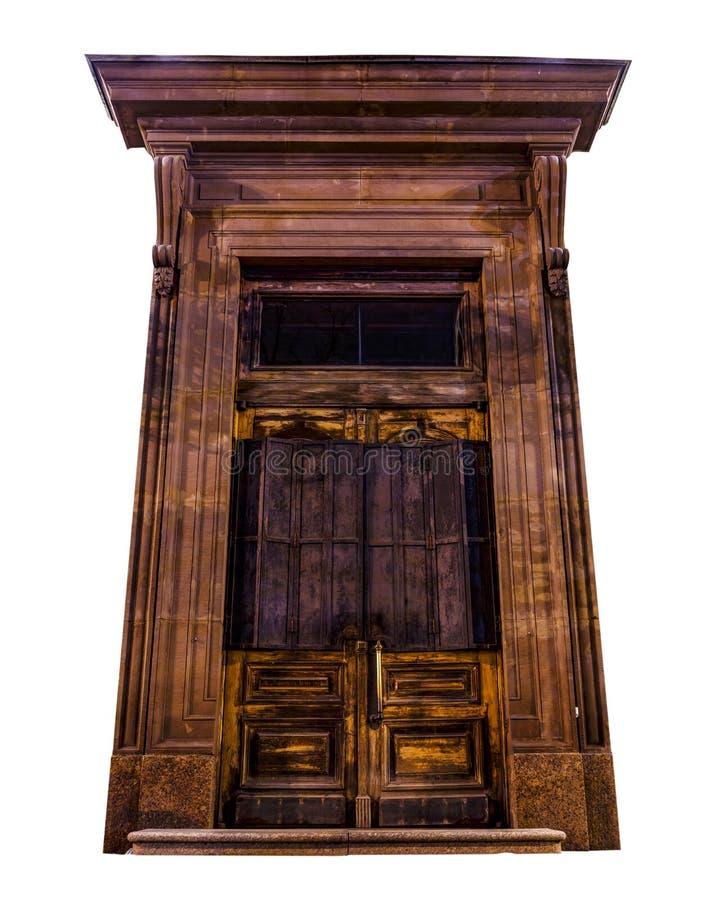 Bella vecchia porta scolpita di legno isolata su fondo bianco Grande entrata chiusa Parte decorata medievale o antica di storico immagine stock