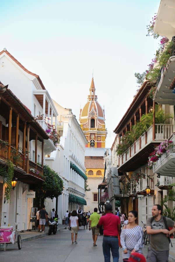 Bella via con una vista della cattedrale di Cartagine de Indias - la Colombia fotografia stock