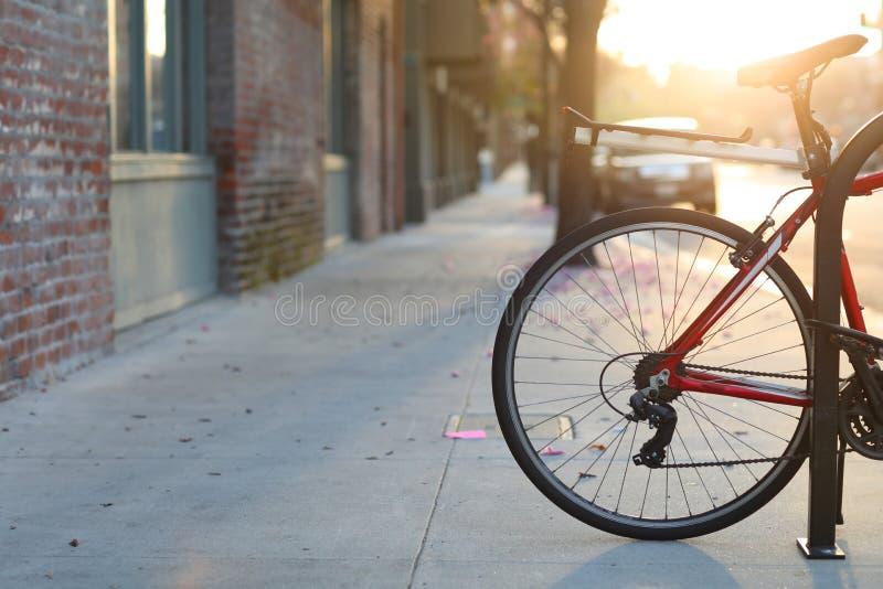 Bella via romantica con una bicicletta, stile della città di tramonto di vita europeo a Pasadena, California fotografia stock