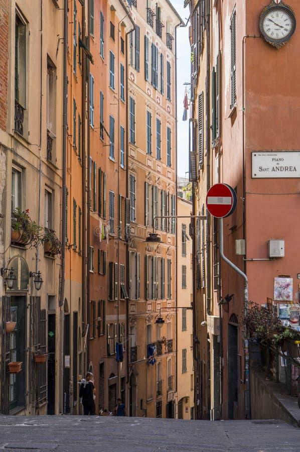 Bella via stretta a Genova, Italia fotografia stock
