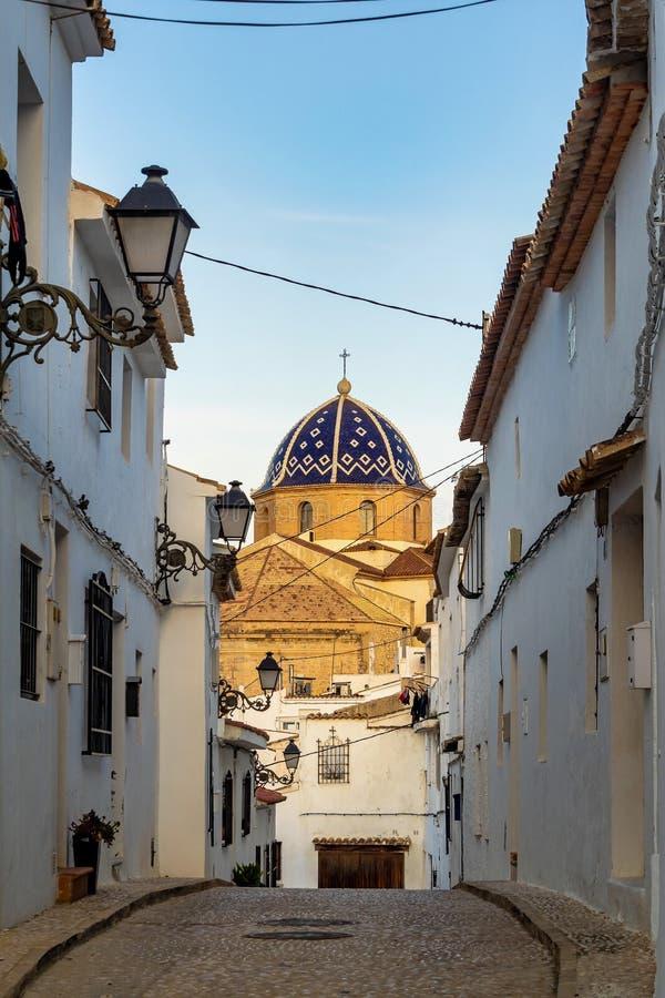 Bella via stretta nella vecchia città Altea, Spagna fotografia stock libera da diritti