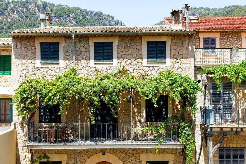 Bella via in Valldemossa con la decorazione tradizionale del fiore, vecchio villaggio mediterraneo famoso di Maiorca immagine stock