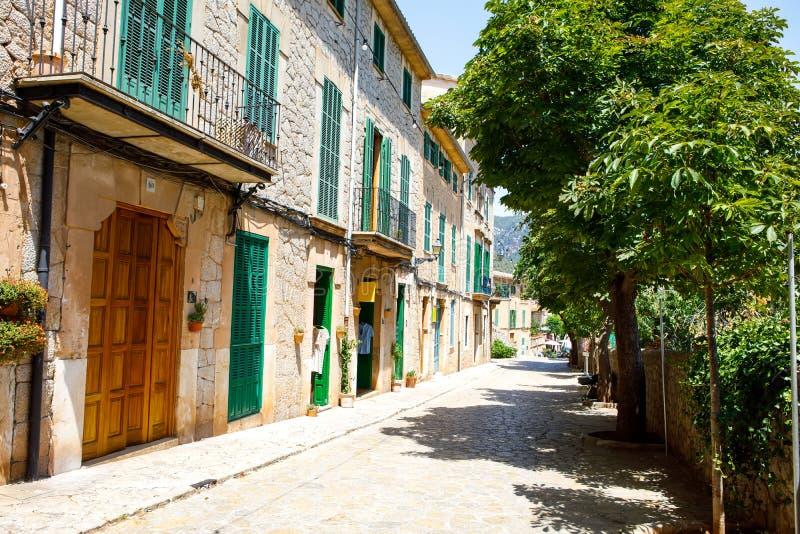 Bella via in Valldemossa con la decorazione tradizionale del fiore, vecchio villaggio mediterraneo famoso di Maiorca fotografia stock