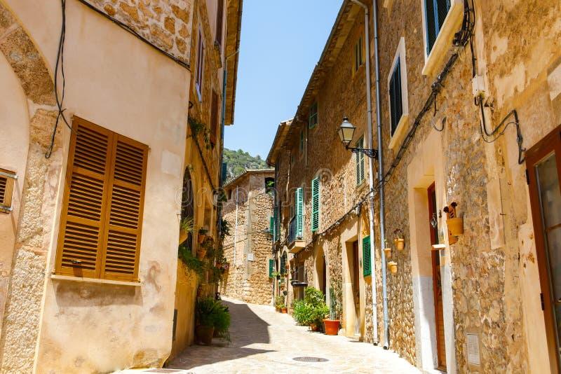 Bella via in Valldemossa con la decorazione tradizionale del fiore, vecchio villaggio mediterraneo famoso di Maiorca fotografie stock libere da diritti