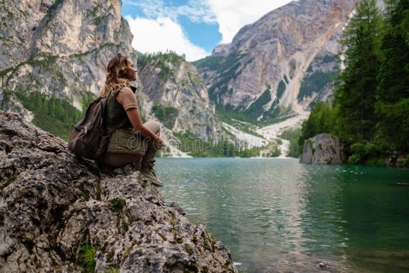 Bella viandante della donna vicino al lago selvaggio della montagna fotografia stock libera da diritti