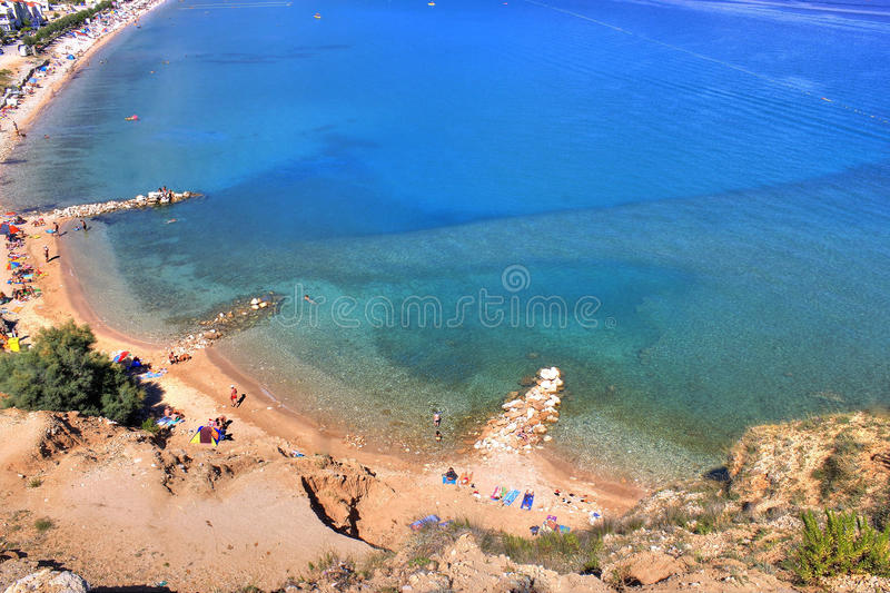 Bella vista aerea blu della spiaggia della baia di Baska fotografie stock libere da diritti