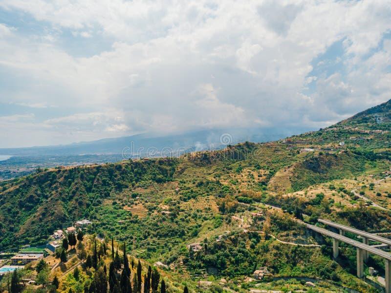 Bella vista aerea della città di Taormina in Sicilia, Italia dal mare fotografie stock