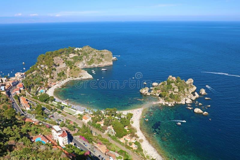 Bella vista aerea di Taormina, Italia Vista sul mare siciliana con l'isola e la spiaggia di Isola Bella fotografia stock libera da diritti
