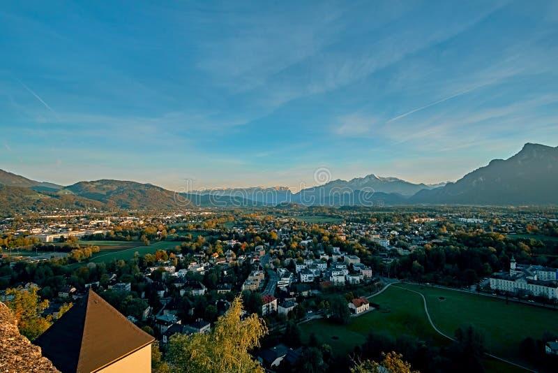 Bella vista aerea di tramonto su Salisburgo, Austria, Europa Città in alpi della nascita di Mozart Vista panoramica dell'orizzont immagini stock libere da diritti