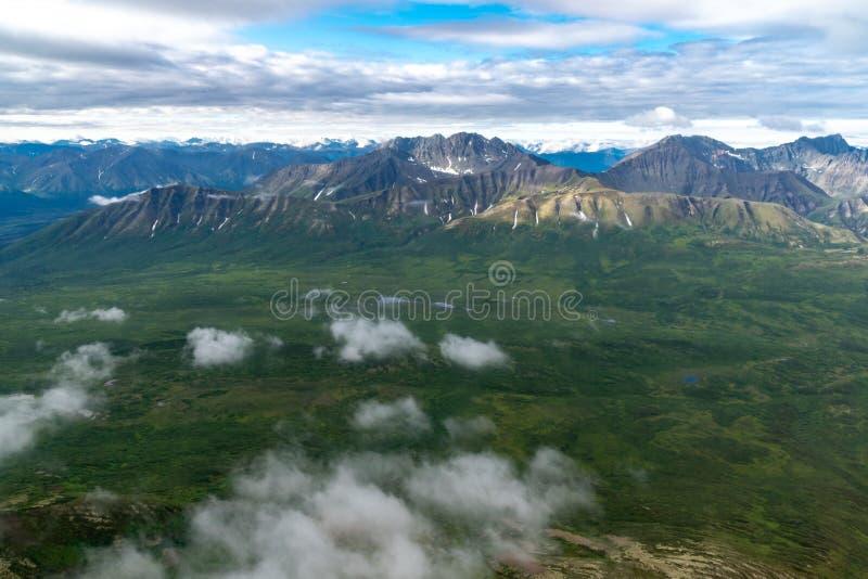 Bella vista aerea di vaste regione selvaggia e montagne della st Elias di Wrangell fotografie stock