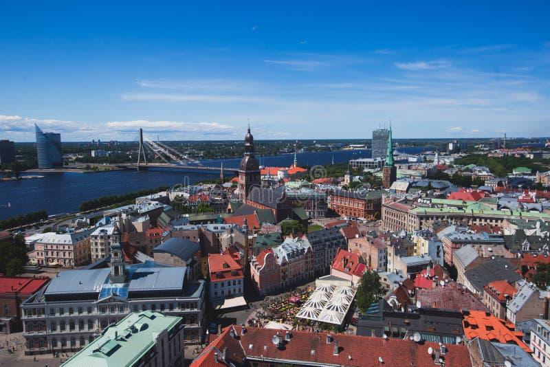 Bella vista aerea panoramica grandangolare eccellente di Riga, Lettonia con il porto e l'orizzonte con paesaggio oltre la città immagine stock libera da diritti
