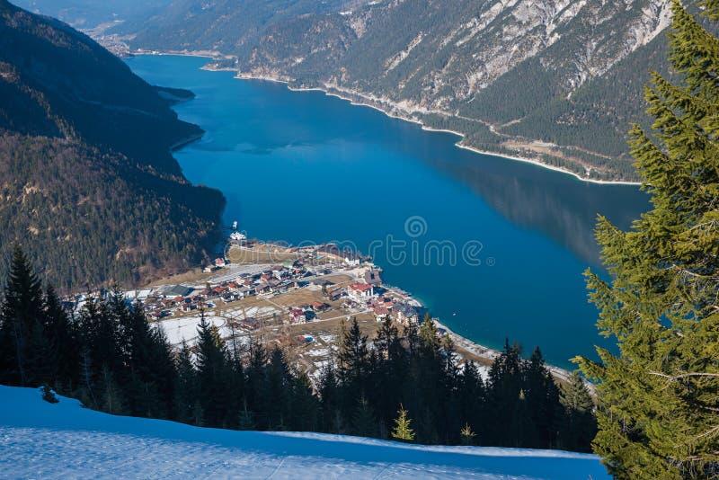 Bella vista al achensee del lago ed alla città della stazione termale di pertisau fotografie stock libere da diritti