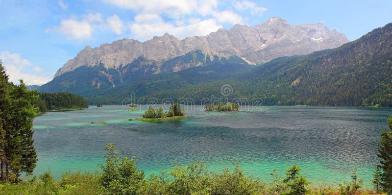 Bella vista al eibsee del lago e allo zugspitze, paesaggio bavarese fotografia stock libera da diritti