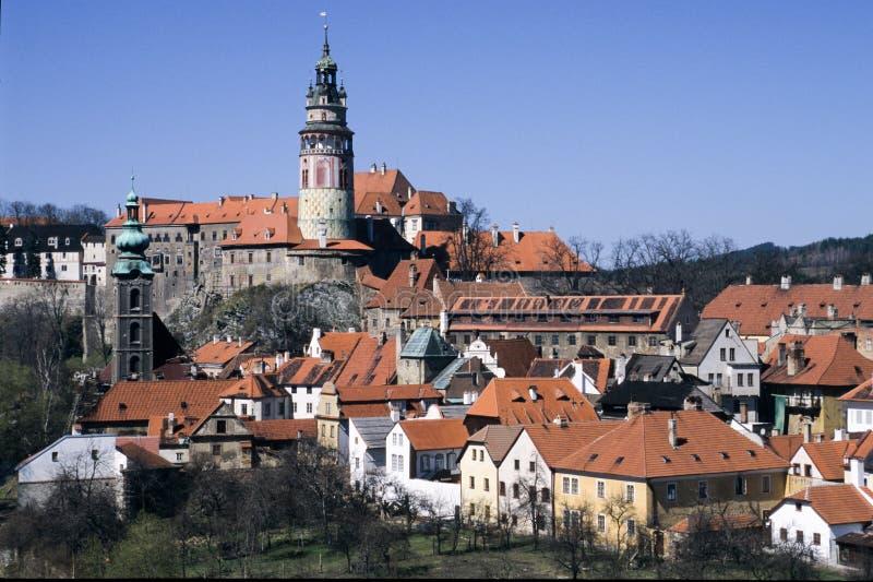 Bella vista alla chiesa ed al castello in Cesky Krumlov immagini stock