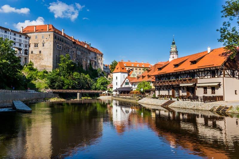 Bella vista alla chiesa ed al castello in Cesky Krumlov, repu ceco immagini stock