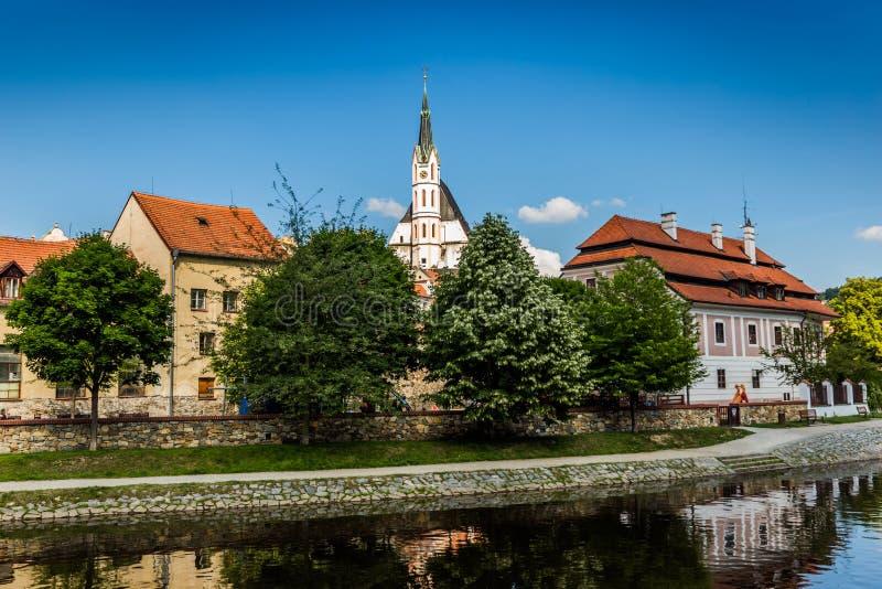 Bella vista alla chiesa ed al fiume in Cesky Krumlov fotografia stock