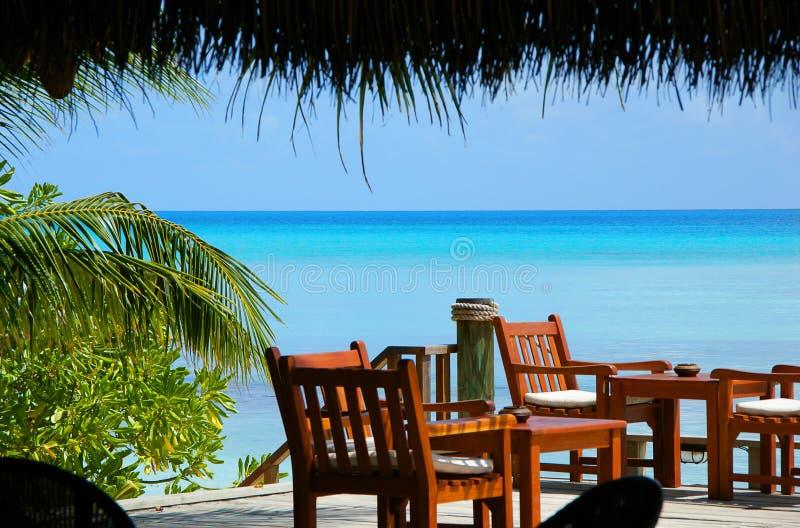 Bella vista alla laguna del mare del turchese con cielo blu dall'isola tropicale delle Maldive Fondo di vacanza di festa della na immagini stock libere da diritti