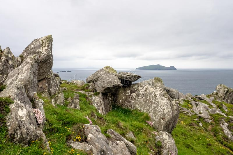 Bella vista alla penisola delle Dingle dell'azionamento della testa di Slea, Kerry, Irlanda fotografie stock