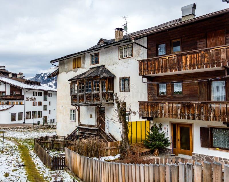 Bella vista alla stazione sciistica alpina di Corvara in Badia del villaggio in Dolom fotografia stock libera da diritti