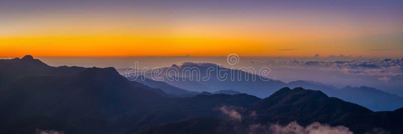 Bella vista alla valle dal picco del ` s di Sri Pada Adam immagini stock