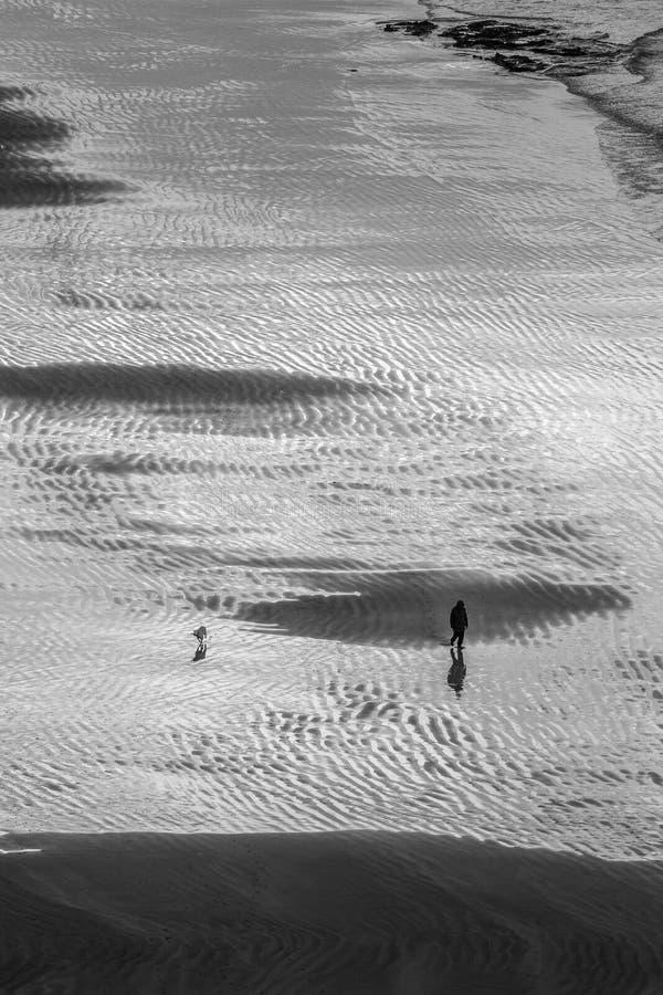 Bella vista Antrim Coast Rocky Downhill Strhill Beach persone che camminano fotografie stock libere da diritti