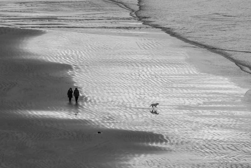 Bella vista Antrim Coast Rocky Downhill Strhill Beach persone che camminano immagini stock libere da diritti