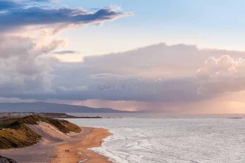 Bella vista Antrim Coast Rocky Downhill Strhill Beach persone che camminano fotografia stock