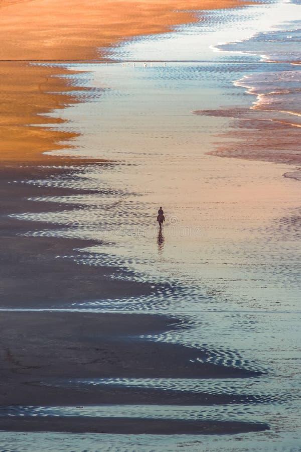 Bella vista Antrim Coast Rocky Downhill Strhill Beach persone che camminano immagine stock libera da diritti