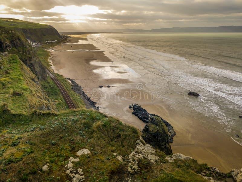 Bella vista Antrim Coast Rocky Downhill Strhill Beach persone che camminano immagine stock