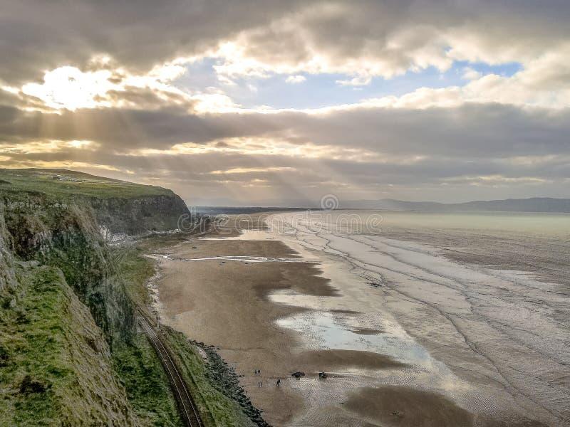 Bella vista Antrim Coast Rocky Downhill Strhill Beach persone che camminano immagini stock