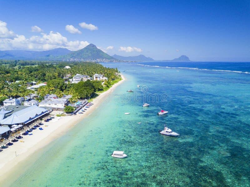Bella vista areale della spiaggia con le barche su Mauritius Island immagini stock libere da diritti