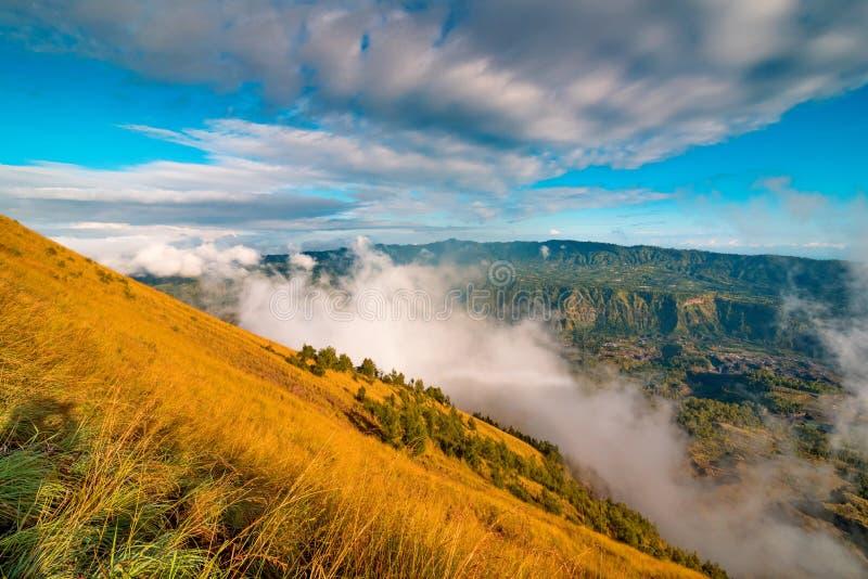 Bella vista dalla cima del vulcano di Batur bali fotografie stock libere da diritti