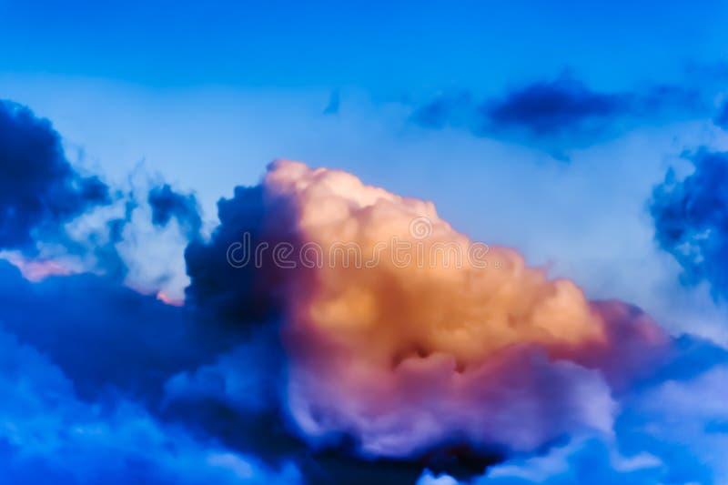 Bella vista dalla finestra dell'aeroplano - nuvola blu rosata bianca fotografia stock libera da diritti