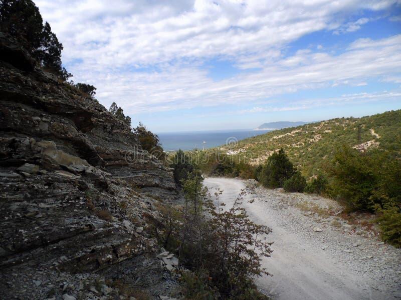 Bella vista dalle tracce di montagna sul Mar Nero fotografia stock libera da diritti