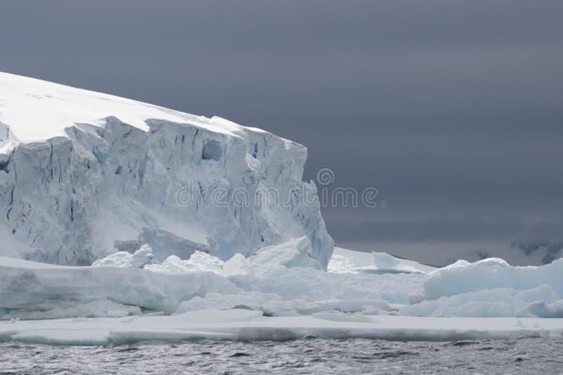 Bella vista degli iceberg in Antartide immagini stock libere da diritti