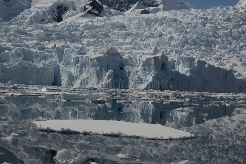 Bella vista degli iceberg in Antartide fotografie stock