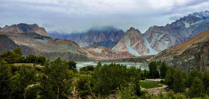 Bella vista dei coni di Passu dalla strada principale di Karakorum immagini stock libere da diritti