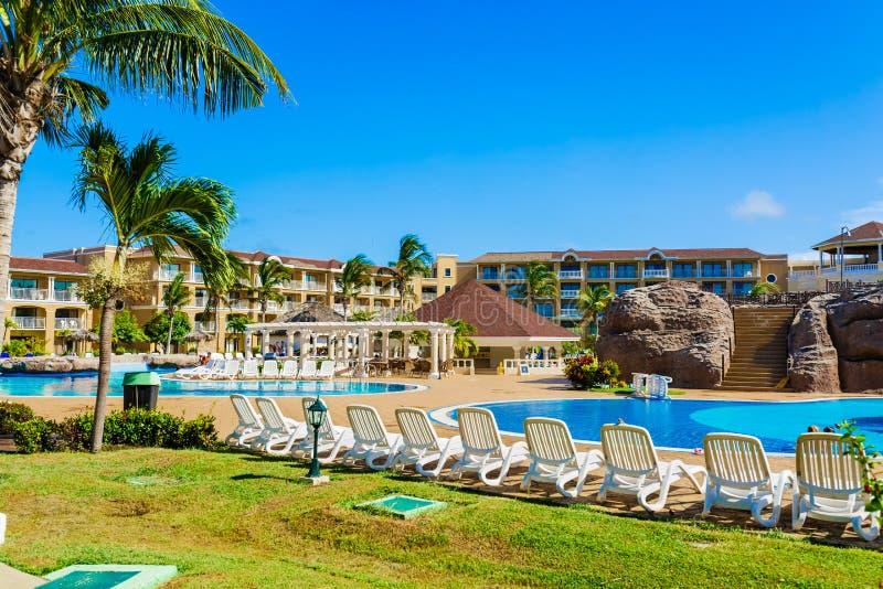 Bella vista dei motivi della località di soggiorno, piscine con la gente che si rilassa e che gode del loro tempo di vacanza nel  fotografie stock