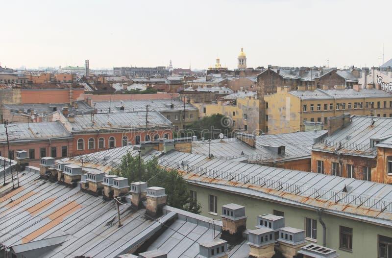 Bella vista dei tetti in San Pietroburgo fotografia stock