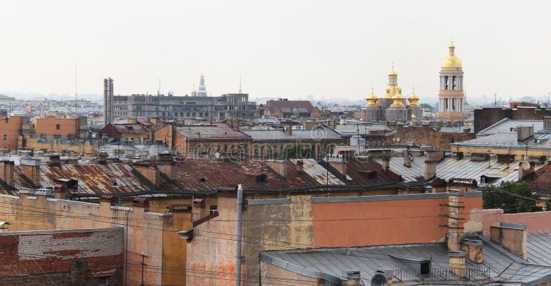 Bella vista dei tetti in San Pietroburgo immagine stock libera da diritti